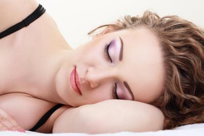 Bahayakah Tidur Malam Saat Masih Memakai Makeup? Cari Tahu di Sini Ladies!