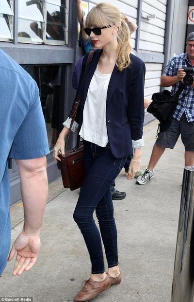 Padu Padan Baju Putih Super Chic ala Taylor Swift, Inspirasi Fashion Summer 2019