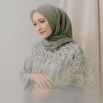 7 Hijab Style Tunik ala Hijabers Mega Iskanti untuk Tampil Anggun Saat Kondangan