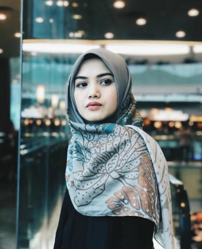 Simpel - Eksperimen Style, Intip Cara Memakai Hijab Segi Empat ala Herfiza Novianti untuk Berbagai Acara