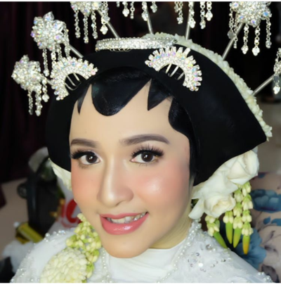 2. Make Up Pengantin Natural dengan Paes