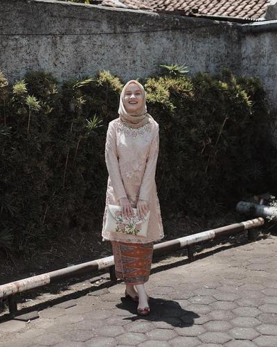 Tampil Fresh dengan Kebaya Kombinasi Batik ala Dwihanda