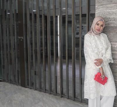 White on White dengan Hijab Bermotif