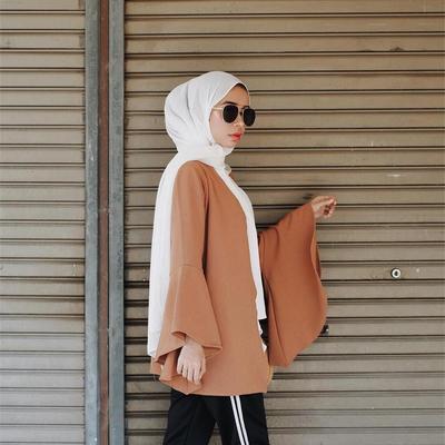 Perpaduan Blouse Coklat Mode Lengan Lonceng dengan celana Hitam Training Lis Putih