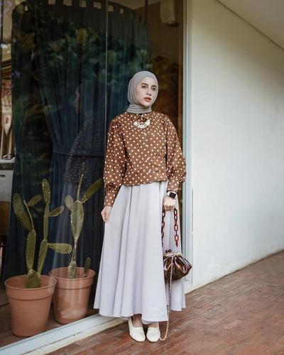 Atasan Warna Coklat Motif Polkadot Berpadu dengan Long Skirt Abu-Abu Muda