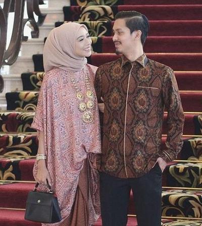 Tak Perlu Pusing Pilih Baju Kondangan, Cek Inspirasi Baju Couple Ini Yuk!
