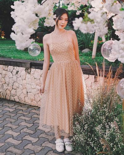 Inspirasi Model Kebaya Berwarna Gold yang Cantik, Gak Bikin Kelihatan Lebih Tua!
