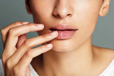 Sering Pakai Lipstick? Ini 5 Cara Mengatasi Warna Bibir yang Gelap Akibat Lipstik!
