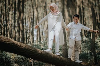 Inspirasi Foto Prewedding Hijab Outdoor Yang Menyatu Dengan Alam