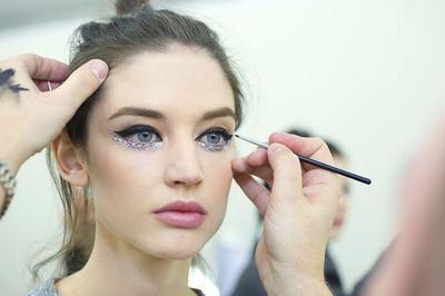 10 Alasan Eyeliner Bisa Membuat Mata Lebih Besar, Sudah Tahu?
