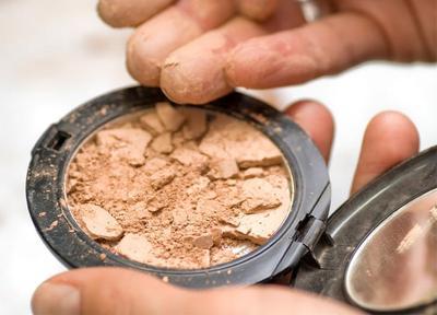 Enggak Sengaja Memecahkan Makeup Powder? Jangan Panik, Perbaiki dengan Tips Ini