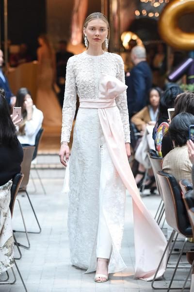 Buat Kamu Calon Pengantin, Contek 10 Inspirasi Busana Pengantin Selain Gaun yang Memikat