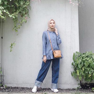 Mix and Match Style Kemeja Kekinian yang Banyak Dipakai Selebgram Hijab, Be Stylish Ladies!