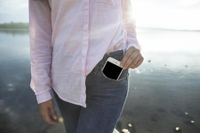 Hati-hati Ladies, Taruh Ponsel di Saku Bisa Berbahaya Bagi Kesehatan Tubuh Kamu!