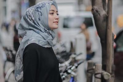 [FORUM] Pake hijab warna abu-abu bikin wajah aku keliatan lebih kusam, ada yang pernah ngalamin juga?