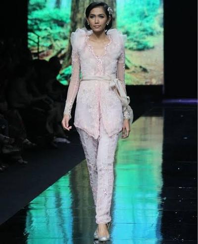 5. Inspirasi Kebaya Modern dengan Celana Brokat
