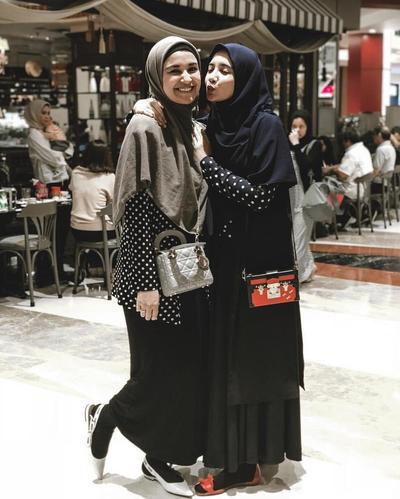 Adu Gaya Hijabers Duo Sungkar dalam Busana Syar'i, Lebih Cantik Mana?