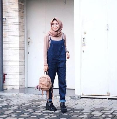 Tampil Chic dan Menggemaskan dengan Overall Jeans ala Hijabers Kekinian