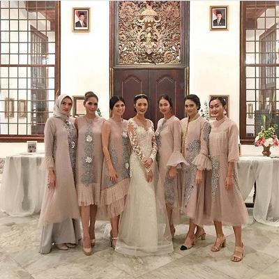 Model Kebaya Brokat Versi Desainer Terkenal Indonesia, Cantik-Cantik Banget!