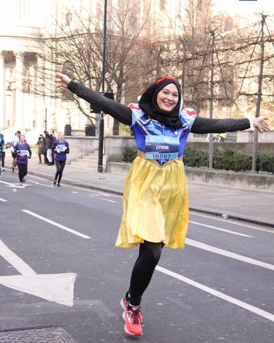 Viral, Wanita Cantik Berhijab Ikut Lomba Lari Pakai Kostum Snow White!
