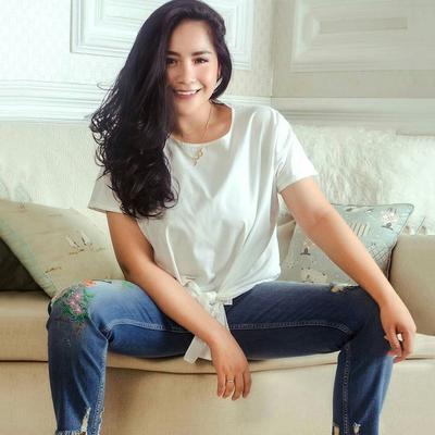 Tampil Stylish Layaknya Anak Muda, Sontek 5 Gaya Casual Nagita Slavina dengan Celana Jeans!