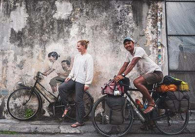 Viral! Pasangan Ini Bersepeda dari Belanda ke Indonesia, Couple Goals Banget!