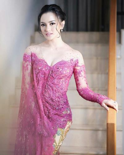 2. Baju Kebaya Modern Off Shoulder Panjang Satu Sisi