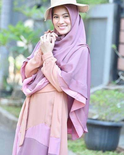 2. Jilbab Instan dengan Dua Lapis Warna
