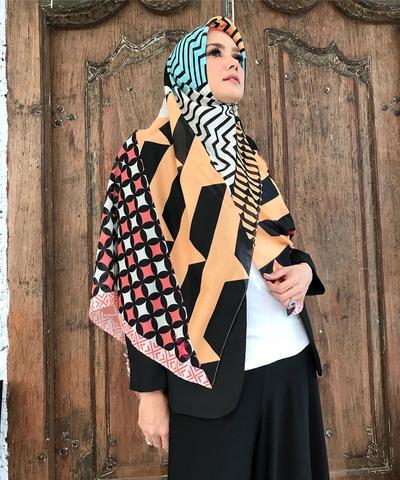 3. Jilbab Motif Berwarna Cerah