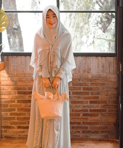 5. Jilbab Instan Berlapis dengan Aksen Tali