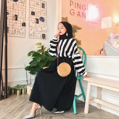 Kece dan Trendi! Padu Padan Baju dan Hijab Warna Hitam Ini Bikin OOTD Kamu Lebih Playful
