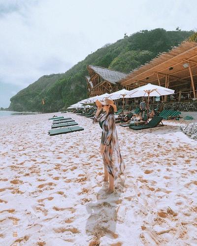 Long Cardigan Outer Melapisi Bikini Hitam Membuat Tampilan Enzy Kece Badai