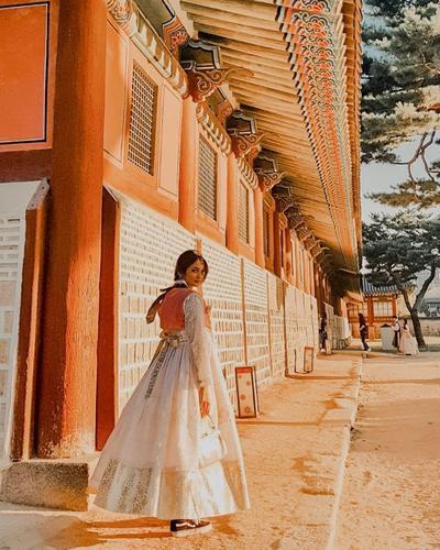 Hanbook Unyu Membuat Enzy Semakin Anggun Saat Mengunjungi Tempat Wisata Tradisional Korea