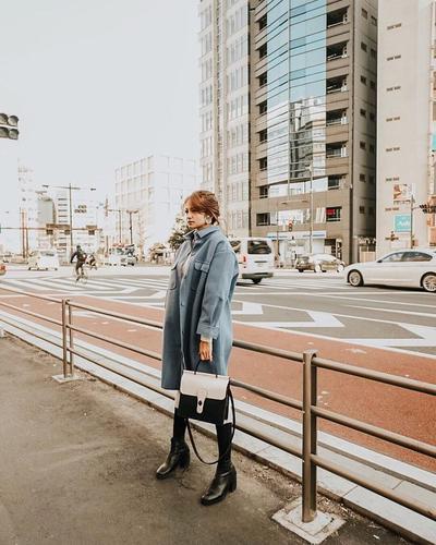 Long Coat Biru Berpadu dengan Black Ankle Boots Membuat Gaya Enzy Begitu Trendy