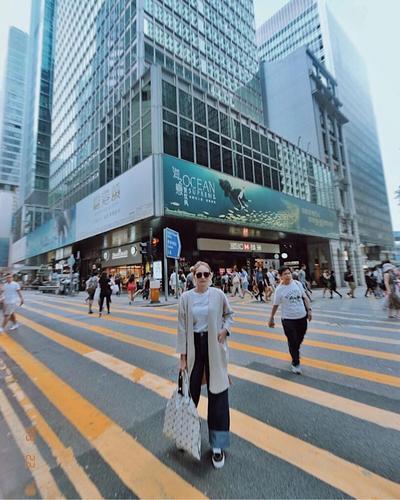 Street Wear yang Kece Abis dengan Gaya Kacamata Hitam Memang Memukau Banget Nih