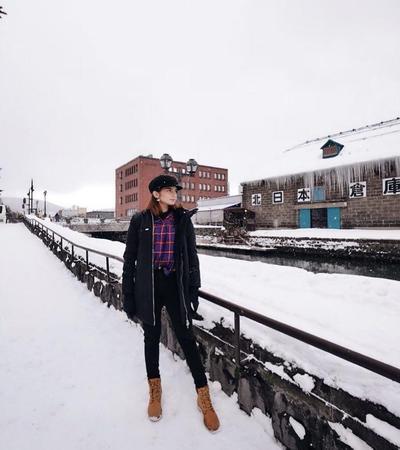 Plaid Shirt, Luaran Black Coat  dan Boots Cokelat Menjadi outfit Andalan Saat Liburan Musim Dingin