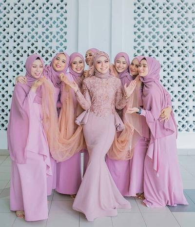 5 Inspirasi Seragam Bridesmaid Muslimah yang Kece Badai! Cek Beragam Modelnya Disini, Ladies!