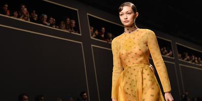 Gigi Hadid Menangis Bawakan Rancangan Karl Lagerfeld di Milan Fashion Week 2019