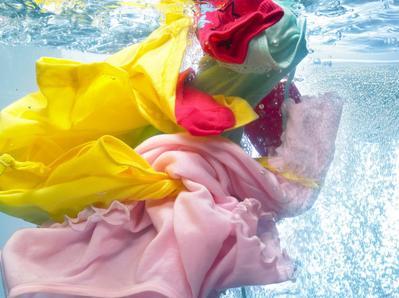 Gak Sulit Kok, Begini Cara Mencuci Baju Biar Awet dan Anti Pudar!