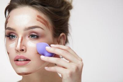 3.  Aplikasikan Foundation dengan Warna yang Sesuai Pada Wajahmu