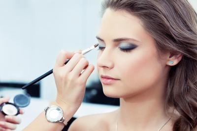 6.  Aplikasikan Eyeshadow Pada Riasan Bagian Mata