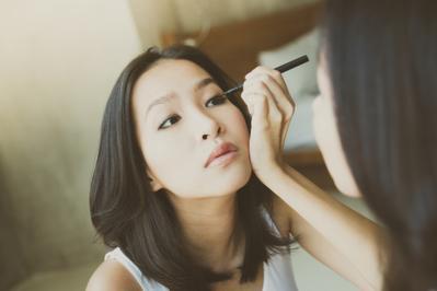 7.   Aplikasikan Eyeliner Pada Riasan Matamu