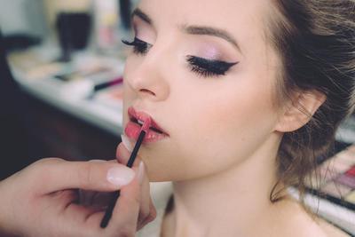 10.  Aplikasikan Lipstick Ke Area Bibirmu