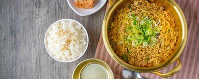 Bikin Penyakit, Hindari Makan Mie dengan Nasi Putih Sekarang!