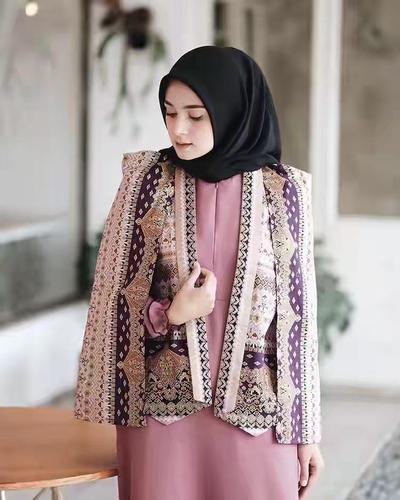 Tampil Stunning Ala Selebgram dengan Outfit Batik Modern Ini!
