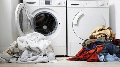 Pakai Mesin atau Tangan, Mana Cara Mencuci Baju yang Lebih Efektif?