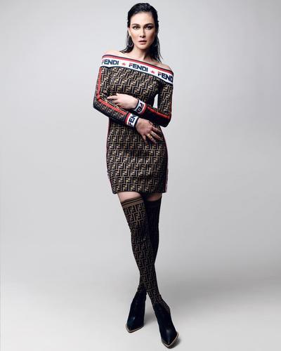 1.  Dress Lengan Panjang Bermotif Dipadukan dengan Stocking Panjang Berwarna Cokelat