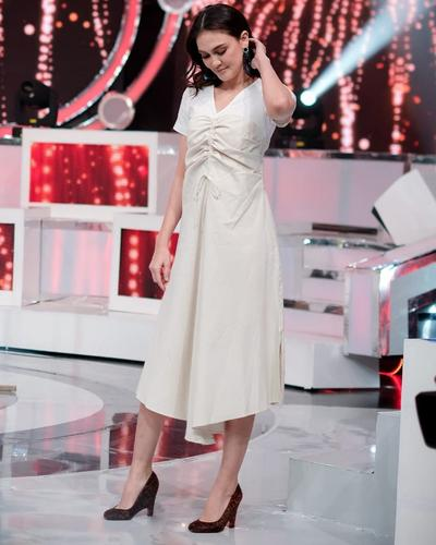 5.  Malva V-neck Dress Berwarna Putih dngan kombinasi Sepatu Kulit Hak Tinggi