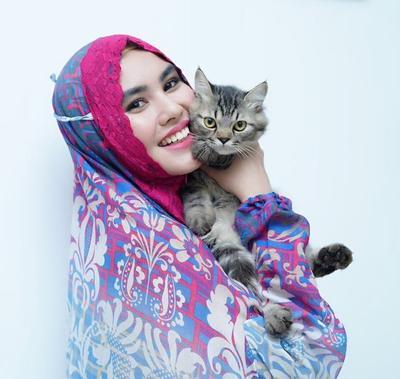 5 Gaya Hijab Syar'i Kartika Putri, Artis Cantik yang Tengah Hamil Muda