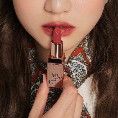 Jaga Bibirmu Tetap Lembab, Meski Telah Memakai Lipstik Yang Bikin Bibirmu Kering